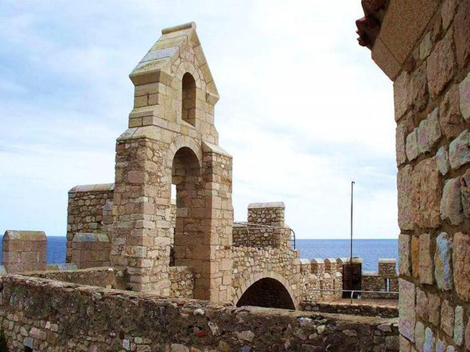 Un monastère fortifié fut fondé vers lan 410 par Saint Honarat.