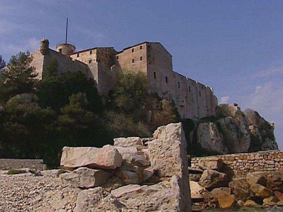 Fort Ste-Marguerite est édifié sur un promontoire.