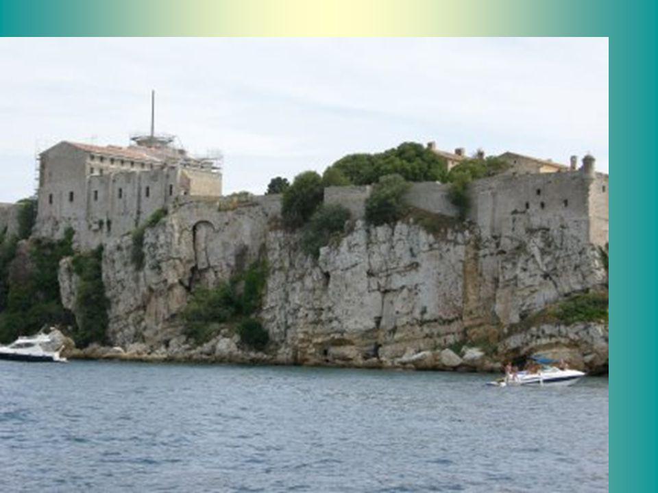 Le fort fut la résidence du légendaire Masque de fer, emprisonné plus de dix ans, sans que lon connaisse réellement son identité.