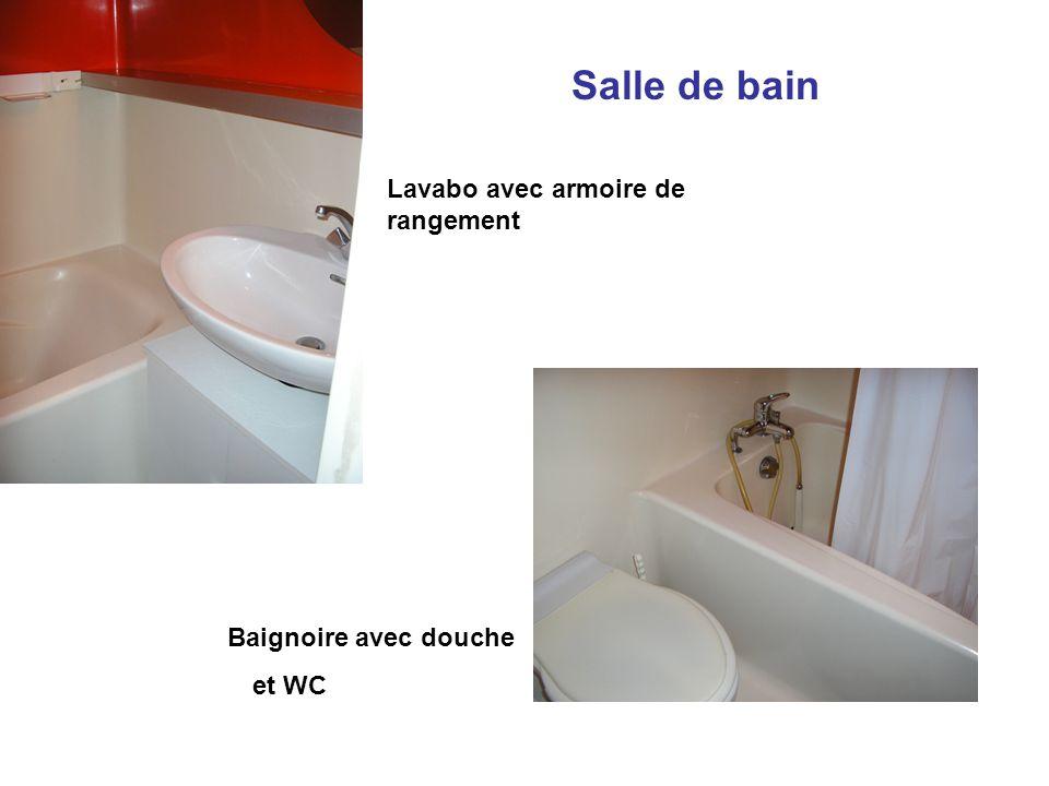 Salle de bain Lavabo avec armoire de rangement Baignoire avec douche et WC