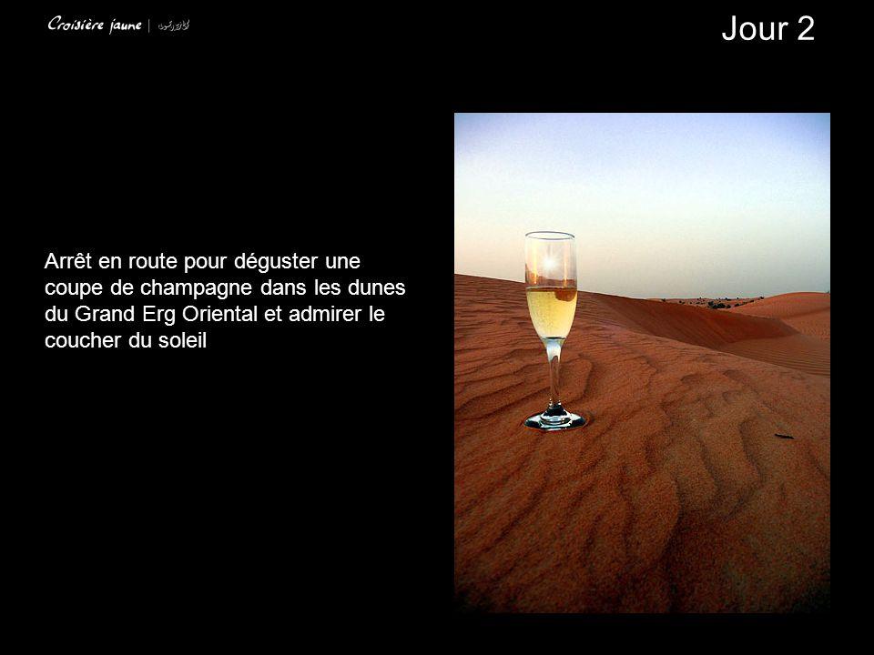 Arrêt en route pour déguster une coupe de champagne dans les dunes du Grand Erg Oriental et admirer le coucher du soleil