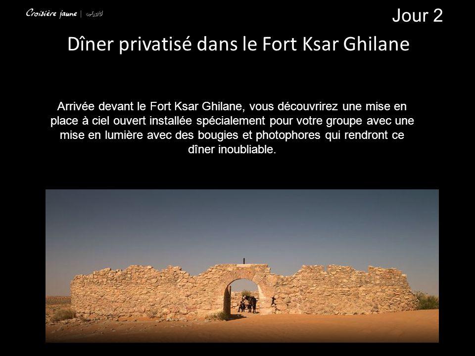 Dîner privatisé dans le Fort Ksar Ghilane Arrivée devant le Fort Ksar Ghilane, vous découvrirez une mise en place à ciel ouvert installée spécialement pour votre groupe avec une mise en lumière avec des bougies et photophores qui rendront ce dîner inoubliable.
