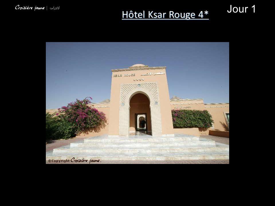 L hôtel Ksar Rouge est situé en hauteur dans la zone hôtelière dominant l oasis de Tozeur, à 3 km ducentre ville et à 10 minutes de l aéroport.