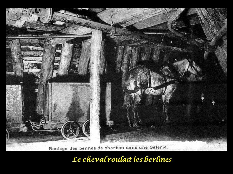 Le cheval, avec sa sueur, à qui le mineur parlait et qui Semblait les comprendre, Il paraissait humaniser la Mine.