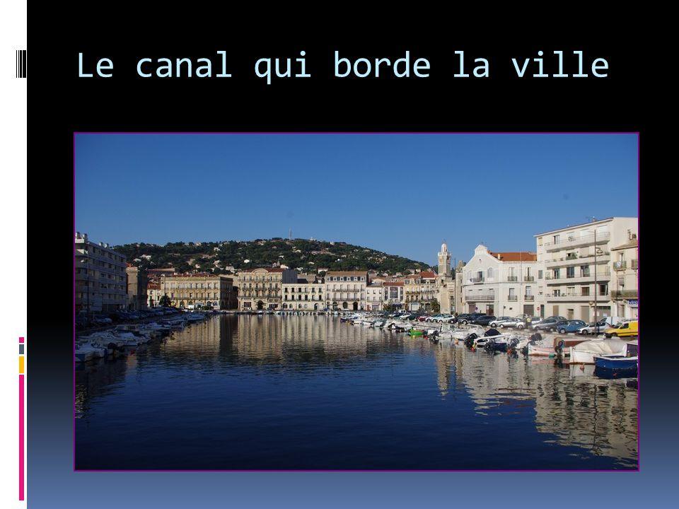 Le canal qui borde la ville