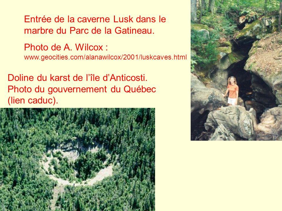 Doline du karst de lîle dAnticosti. Photo du gouvernement du Québec (lien caduc). Entrée de la caverne Lusk dans le marbre du Parc de la Gatineau. Pho