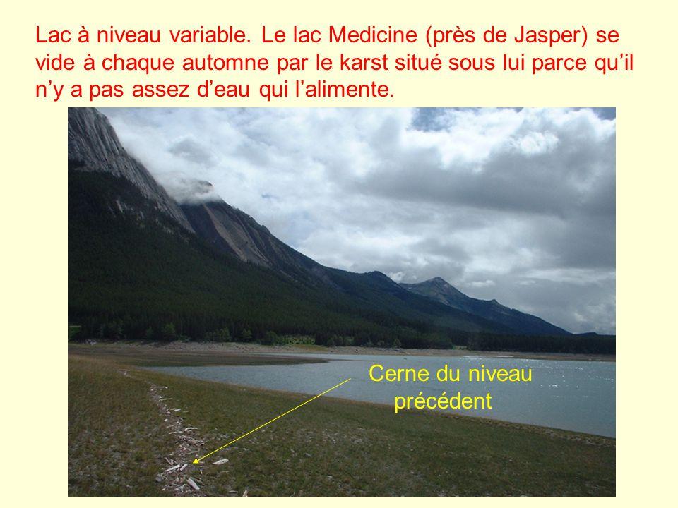 Lac à niveau variable. Le lac Medicine (près de Jasper) se vide à chaque automne par le karst situé sous lui parce quil ny a pas assez deau qui lalime