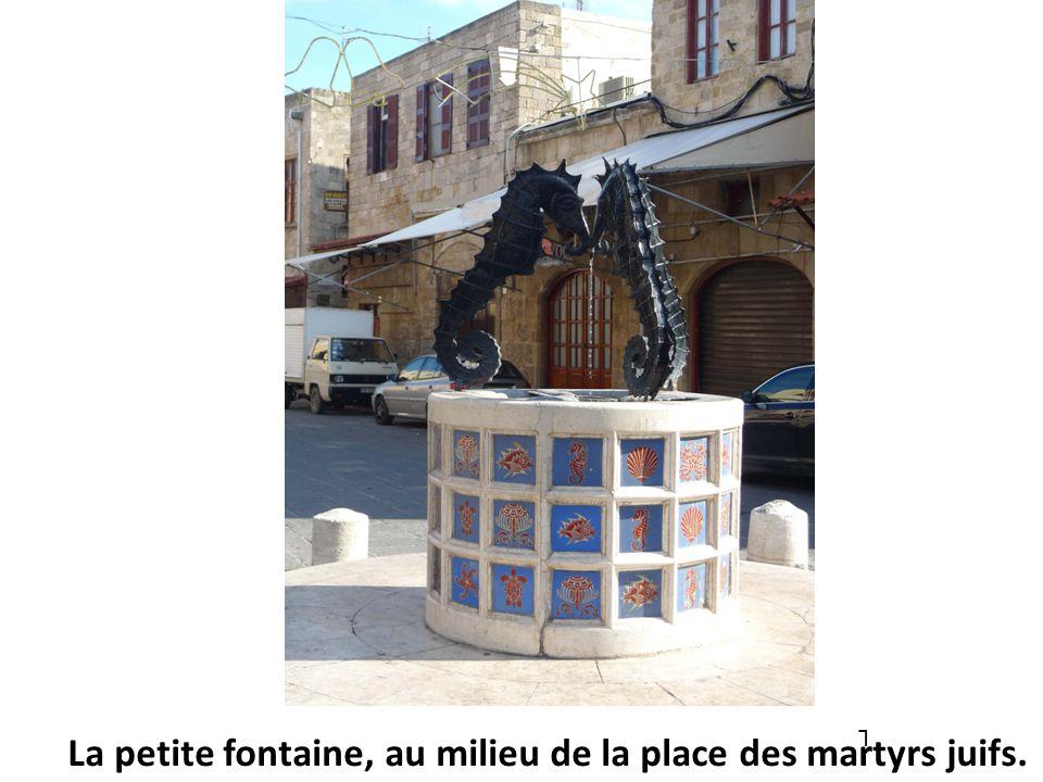 L La petite fontaine, au milieu de la place des martyrs juifs.