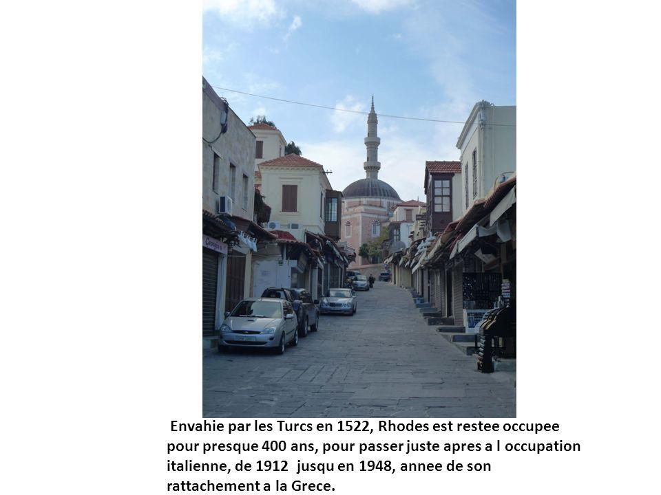 Envahie par les Turcs en 1522, Rhodes est restee occupee pour presque 400 ans, pour passer juste apres a l occupation italienne, de 1912 jusqu en 1948, annee de son rattachement a la Grece.