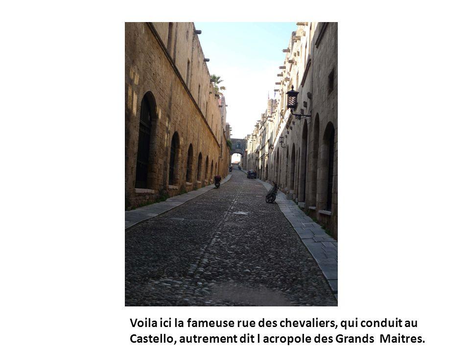 Voila ici la fameuse rue des chevaliers, qui conduit au Castello, autrement dit l acropole des Grands Maitres.