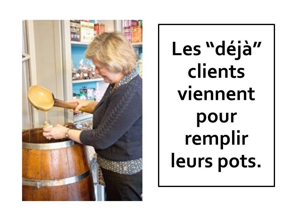 Les déjà clients viennent pour remplir leurs pots.