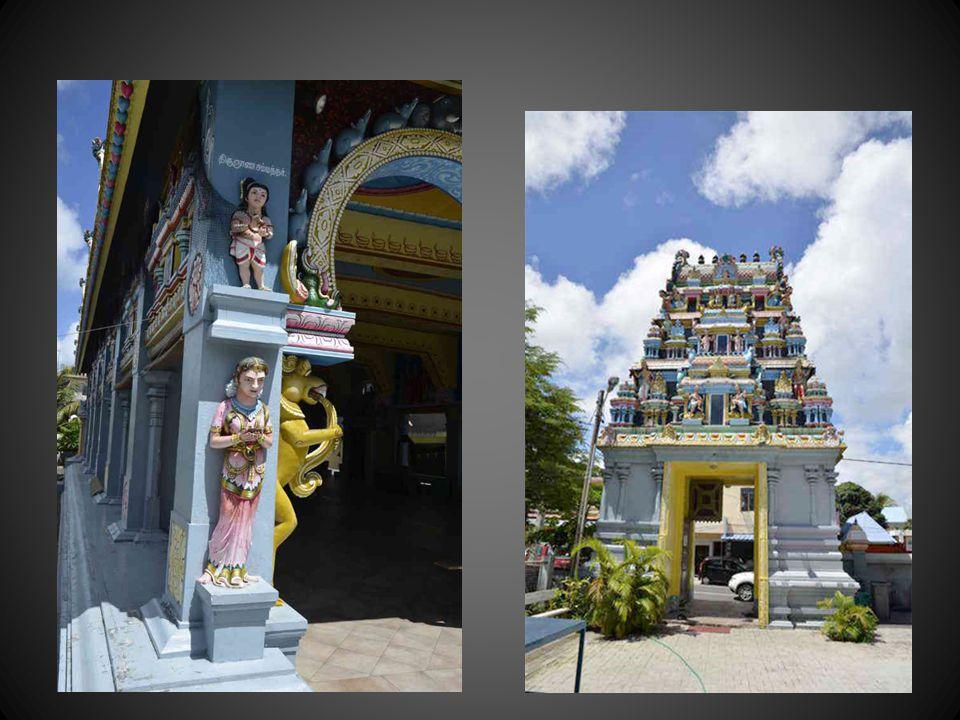 Un des prêtres tamouls et celle qui pourrait être une vivante personnification dUSHA, déesse de laube et de laurore, accoucheuse du jour naissant