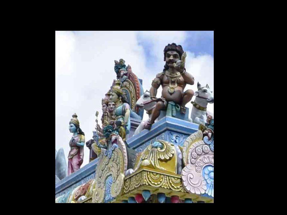 Sculpture indienne (temple Meenakshi) parente de celles de Maurice, avec ce personnage curieux tétantle sein de ce quon peut imaginer être la déesse terre!