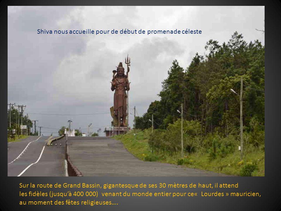 Sur la route de Grand Bassin, gigantesque de ses 30 mètres de haut, il attend les fidèles (jusquà 400 000) venant du monde entier pour ce« Lourdes » mauricien, au moment des fêtes religieuses….