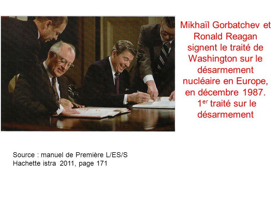 Mikhaïl Gorbatchev et Ronald Reagan signent le traité de Washington sur le désarmement nucléaire en Europe, en décembre 1987. 1 er traité sur le désar