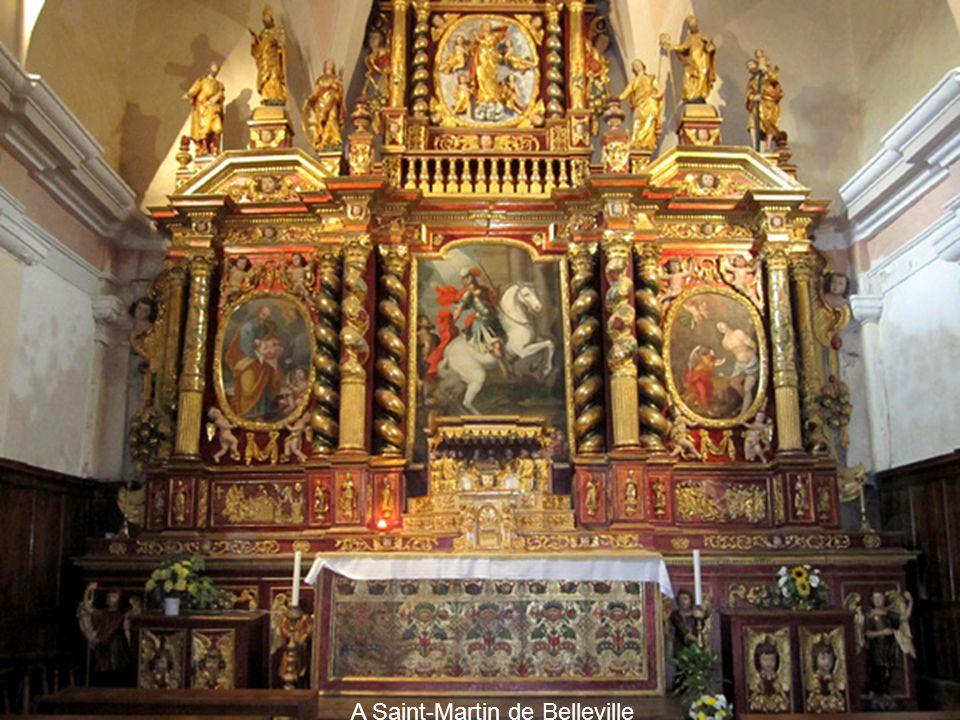Ces églises étaient souvent construites avec des matériaux pauvres et peu coûteux, doù la nécessité de recouvrir les façades dun enduit uniforme.