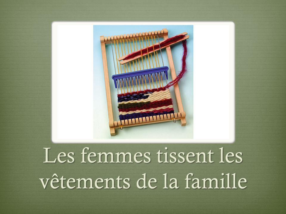 Les femmes tissent les vêtements de la famille