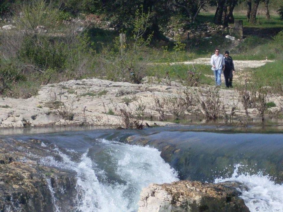 Les Cascades du Sautadet à La Roque sur Cèze dans le Gard à proximité de Bagnols sur Cèze, Goudargues la Venise du Gard et de la Chartreuse de Valbonne (fondée en 1204) La rivière a creusé des chenaux et cavités qui forment des crevasses dans lesquelles la rivière sengouffre, avec les spectaculaires marmites de Géants, cavités cylindriques dont certaines ont quelques mètres de diamètre.