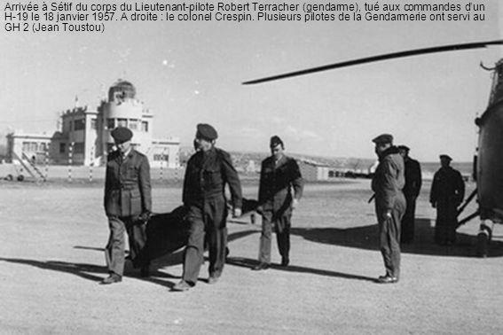Arrivée à Sétif du corps du Lieutenant-pilote Robert Terracher (gendarme), tué aux commandes dun H-19 le 18 janvier 1957. A droite : le colonel Crespi
