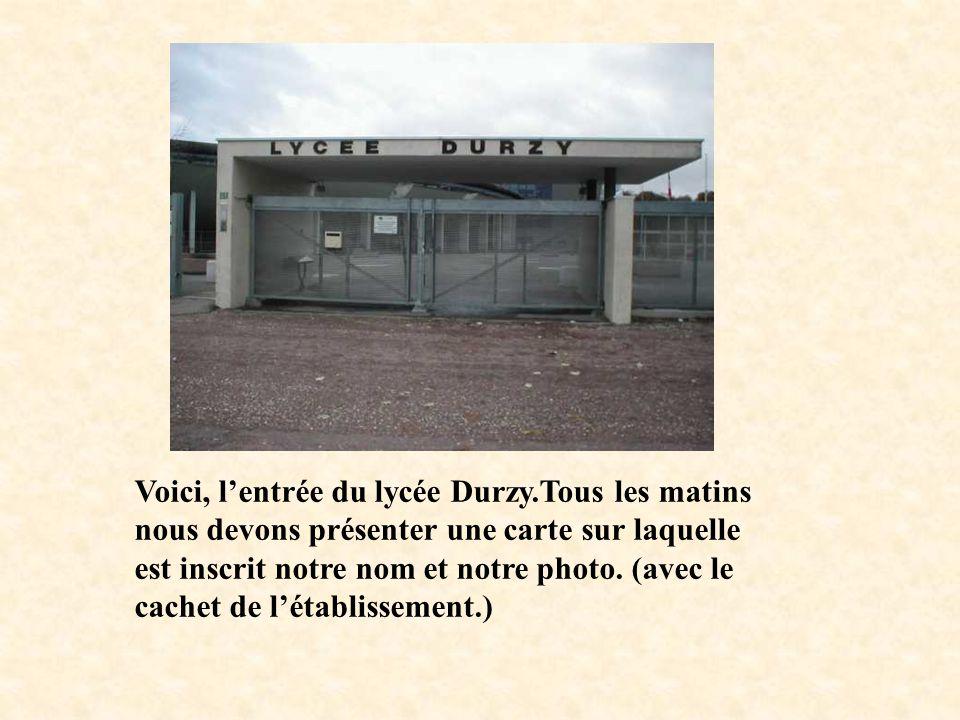 Voici, lentrée du lycée Durzy.Tous les matins nous devons présenter une carte sur laquelle est inscrit notre nom et notre photo. (avec le cachet de lé
