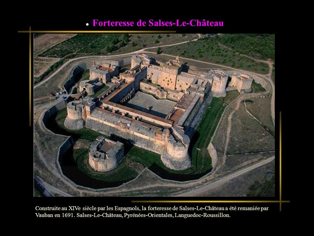 Construite au XIVe siècle par les Espagnols, la forteresse de Salses-Le-Château a été remaniée par Vauban en 1691.