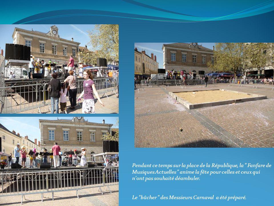 Pendant ce temps sur la place de la République, la Fanfare de Musiques Actuelles anime la fête pour celles et ceux qui n ont pas souhaité déambuler.