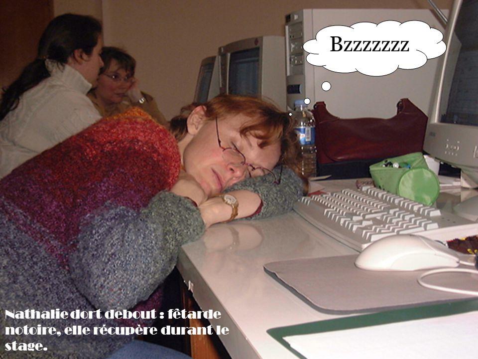 Nathalie dort debout : fêtarde notoire, elle récupère durant le stage. Bzzzzzzz
