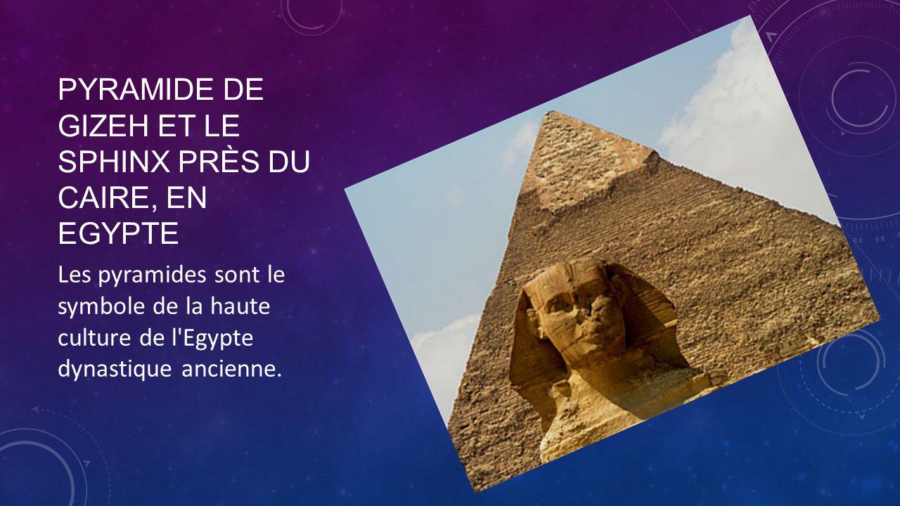 PYRAMIDE DE GIZEH ET LE SPHINX PRÈS DU CAIRE, EN EGYPTE Les pyramides sont le symbole de la haute culture de l'Egypte dynastique ancienne.