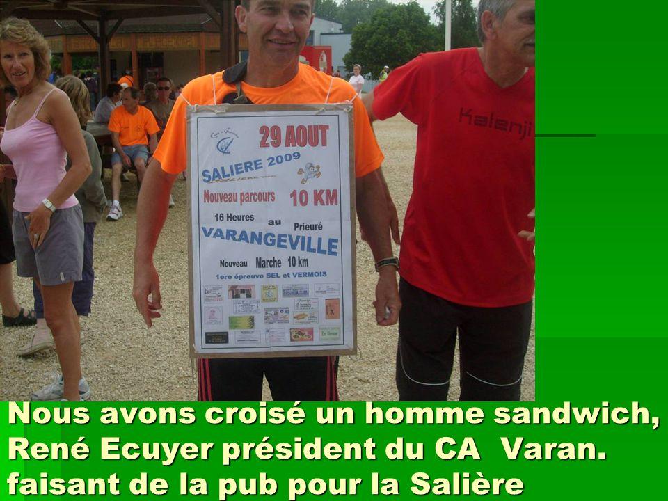 Nous avons croisé un homme sandwich, René Ecuyer président du CA Varan. faisant de la pub pour la Salière