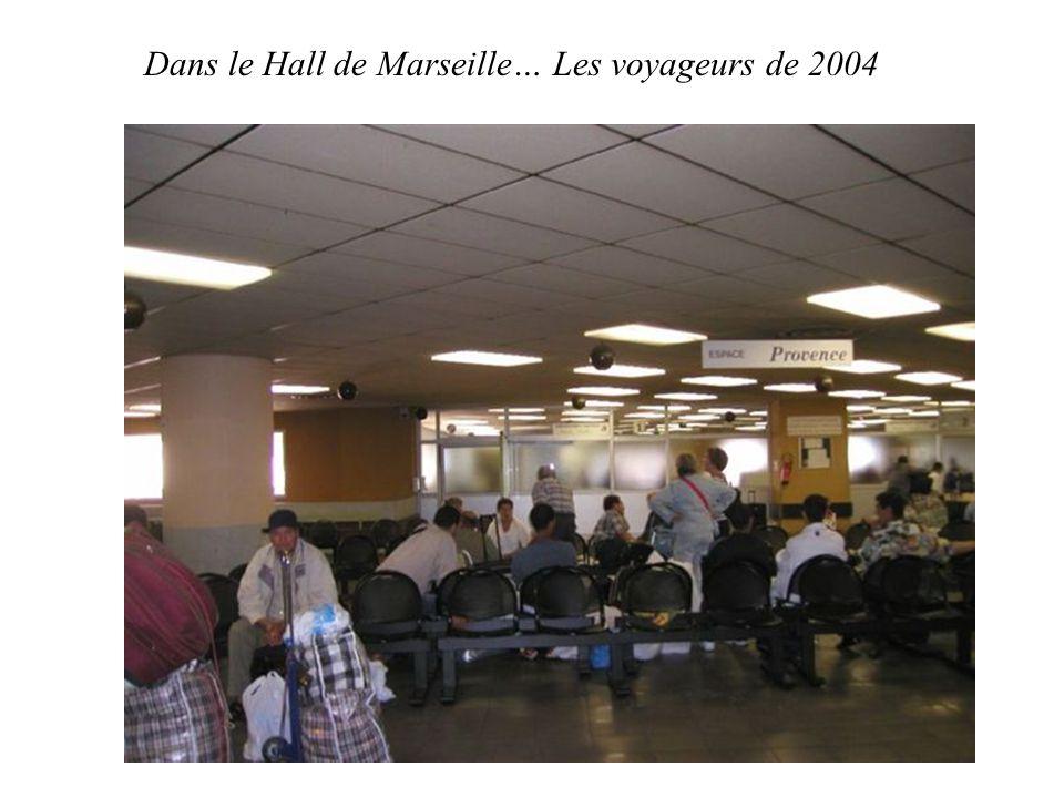Dans le Hall de Marseille… Les voyageurs de 2004