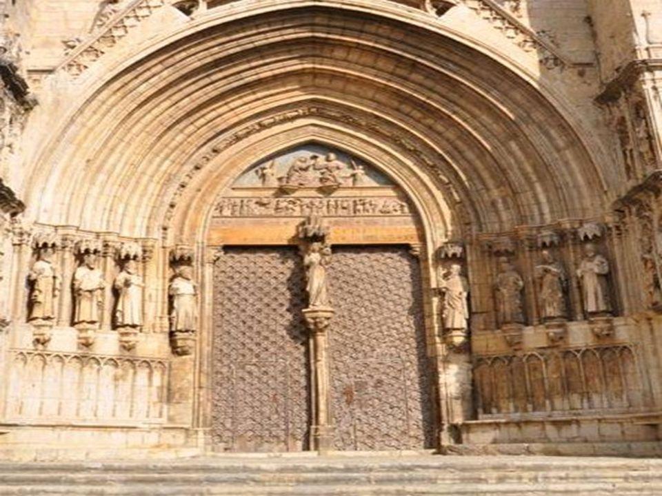 Le portail des apôtres et celui Des vierges tous deux sur le même Côté, sont respectueusement du XIV et du XV siècle
