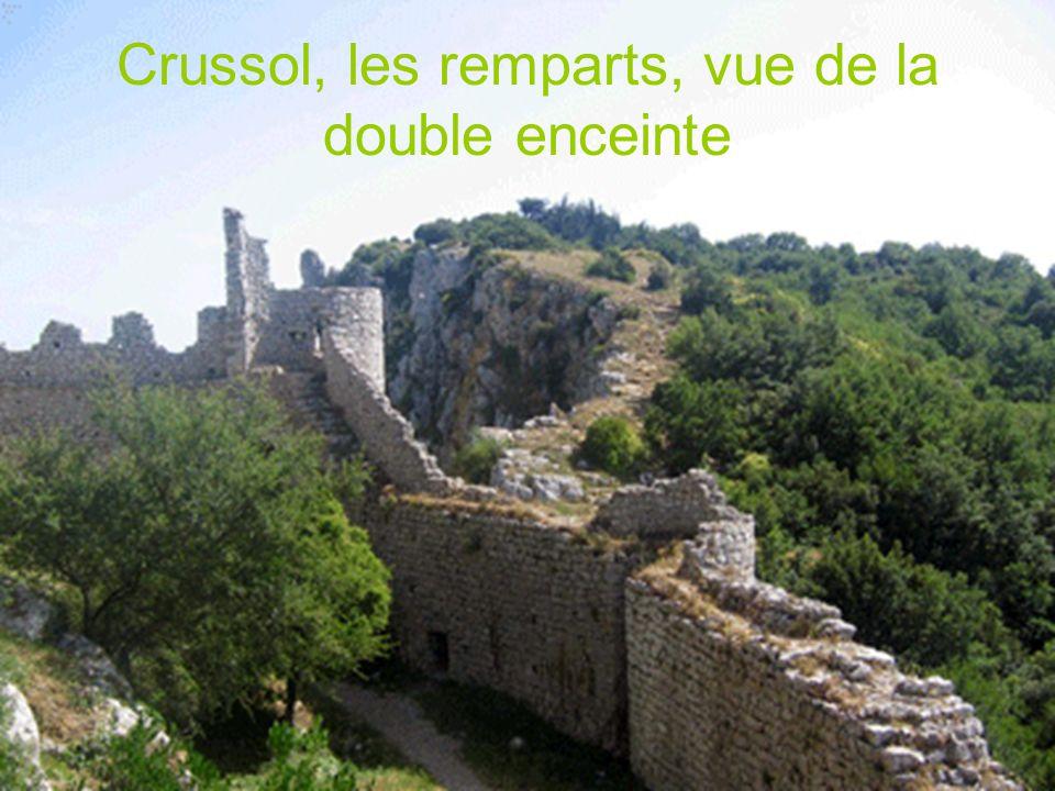 La forteresse de Crussol dressée sur un éperon rocheux dominant la plaine rhodanienne, contrôlait la voie de communication très fréquentée depuis la plus haute antiquité.
