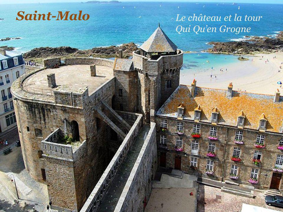 S a i n t - M a l o La plage et le château Le grand donjon du château avec les drapeaux Français et Malouins