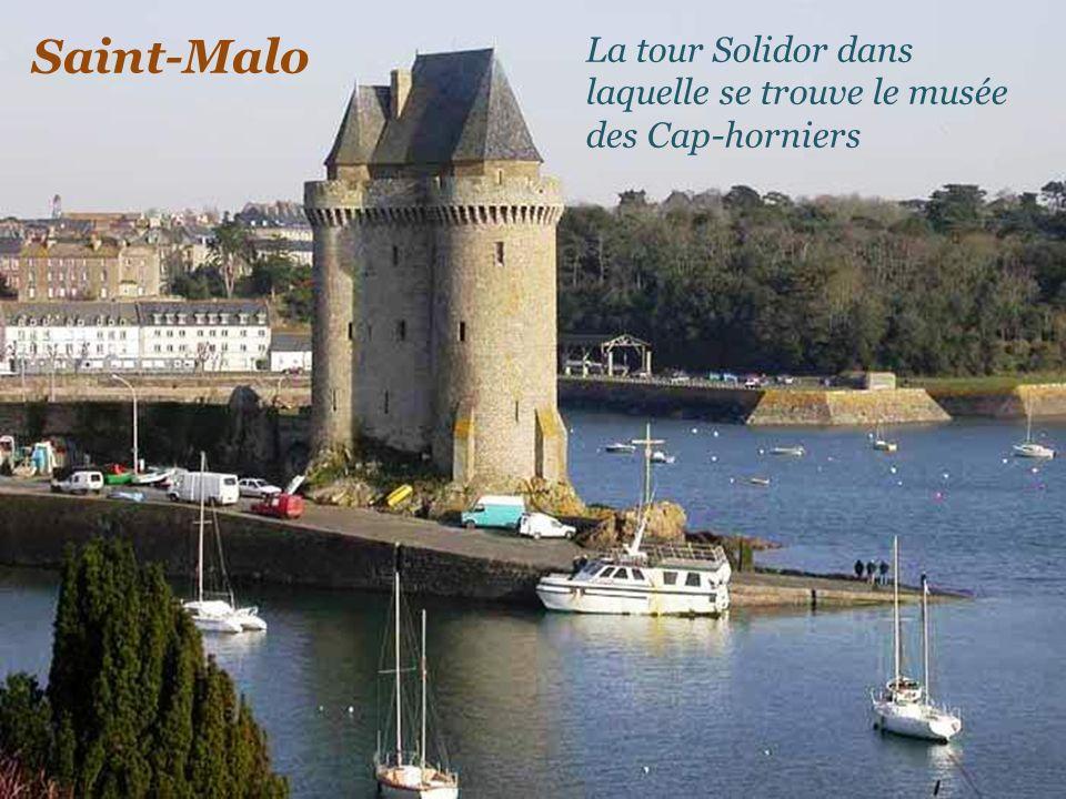 Saint-Malo Le port, un caboteur sortant du bassin Duguay-Trouin Le fort de Saint-Malo, accessible à pied à marée basse
