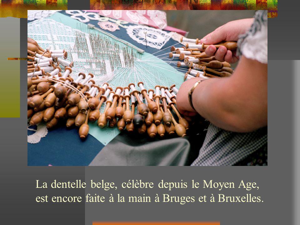 La dentelle belge, célèbre depuis le Moyen Age, est encore faite à la main à Bruges et à Bruxelles.