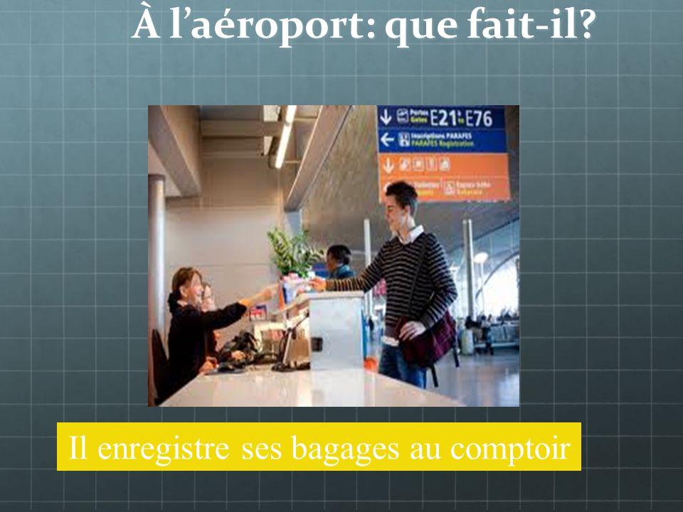 À laéroport: on rencontre Il est au comptoir Un passager