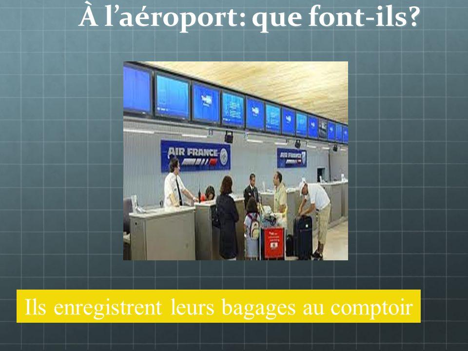 À laéroport: que fait-il Il enregistre ses bagages au comptoir