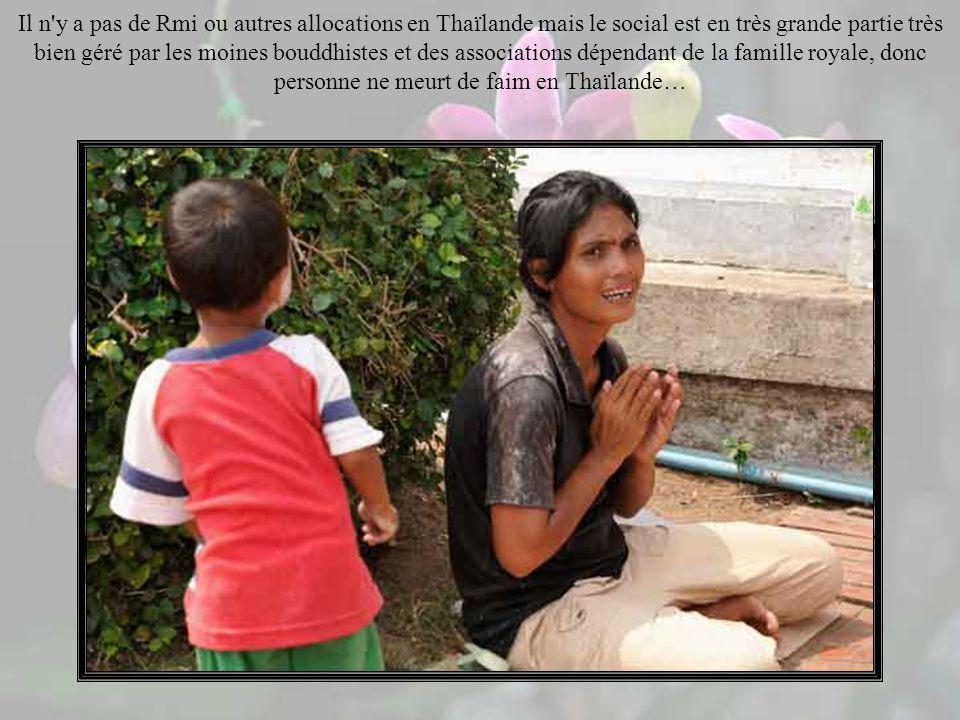 Dans les rues on joue au « Makruk », le jeu déchecs indiens en terres thaï, qui compte plusieurs millions de joueurs…
