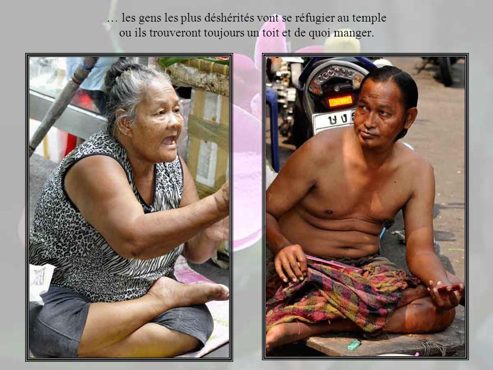 Il n y a pas de Rmi ou autres allocations en Thaïlande mais le social est en très grande partie très bien géré par les moines bouddhistes et des associations dépendant de la famille royale, donc personne ne meurt de faim en Thaïlande…