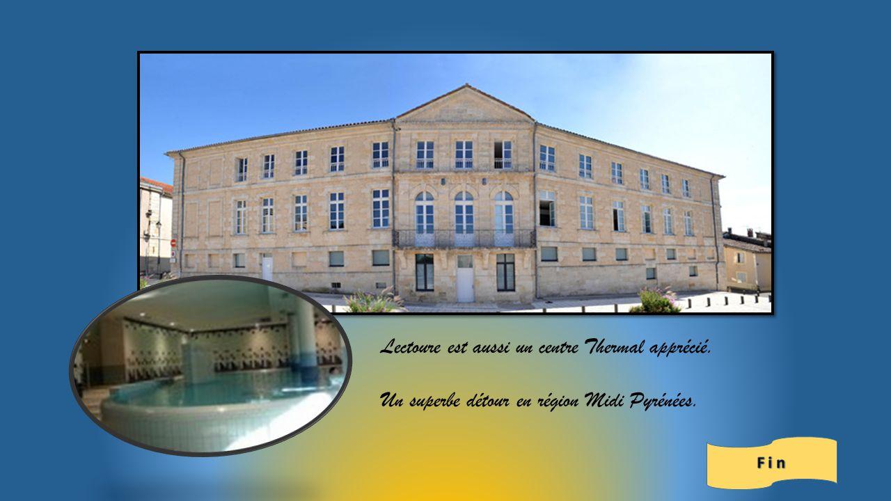 Halles au grain Lectoure Château des Comtes dArmagnac et le blason.