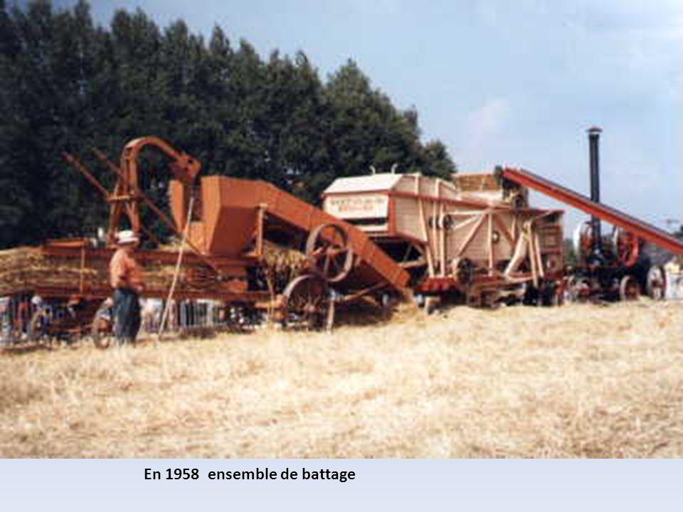En 1957 faucheuse lieuse et tracteur Société Française