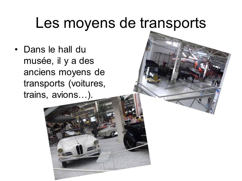 Les moyens de transports Dans le hall du musée, il y a des anciens moyens de transports (voitures, trains, avions…).