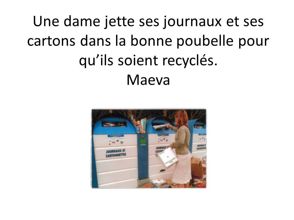 Un camion de déchetterie charge une poubelle de tri pour ensuite apporter les déchets dans une usine.