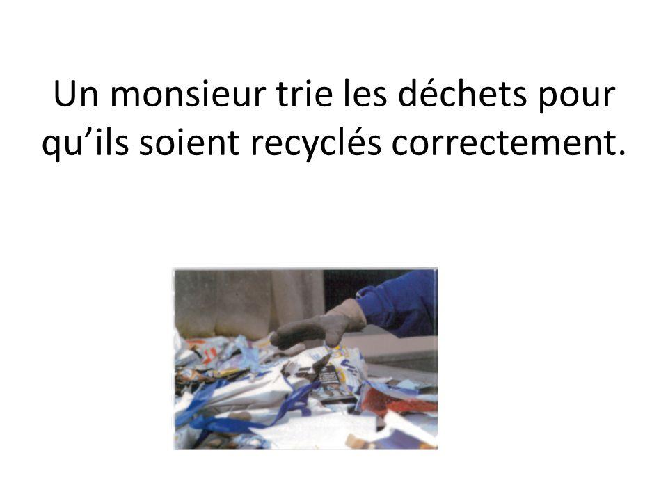 Un monsieur trie les déchets pour quils soient recyclés correctement.