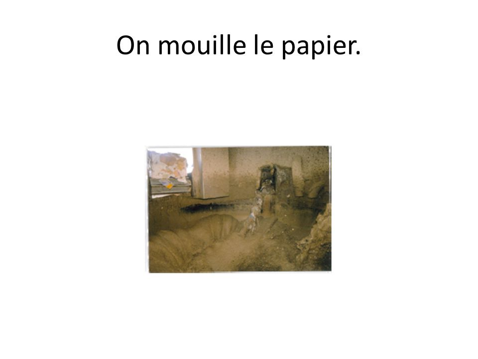 On mouille le papier.