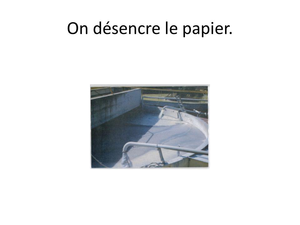 On fabrique du papier recyclé.