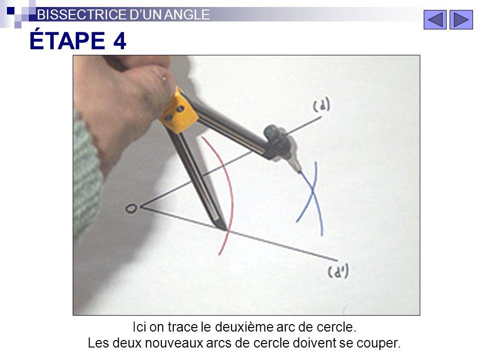 Gardez la même ouverture de compas. Faites deux arcs de cercle de centre les points d'intersection obtenus précédemment. BISSECTRICE DUN ANGLE ÉTAPE 3