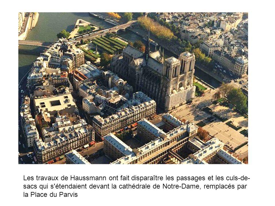 Les travaux de Haussmann ont fait disparaître les passages et les culs-de- sacs qui s'étendaient devant la cathédrale de Notre-Dame, remplacés par la