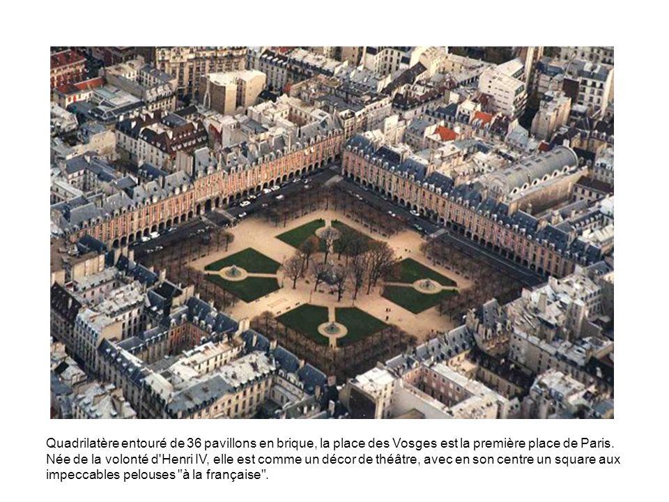 Quadrilatère entouré de 36 pavillons en brique, la place des Vosges est la première place de Paris. Née de la volonté d'Henri IV, elle est comme un dé