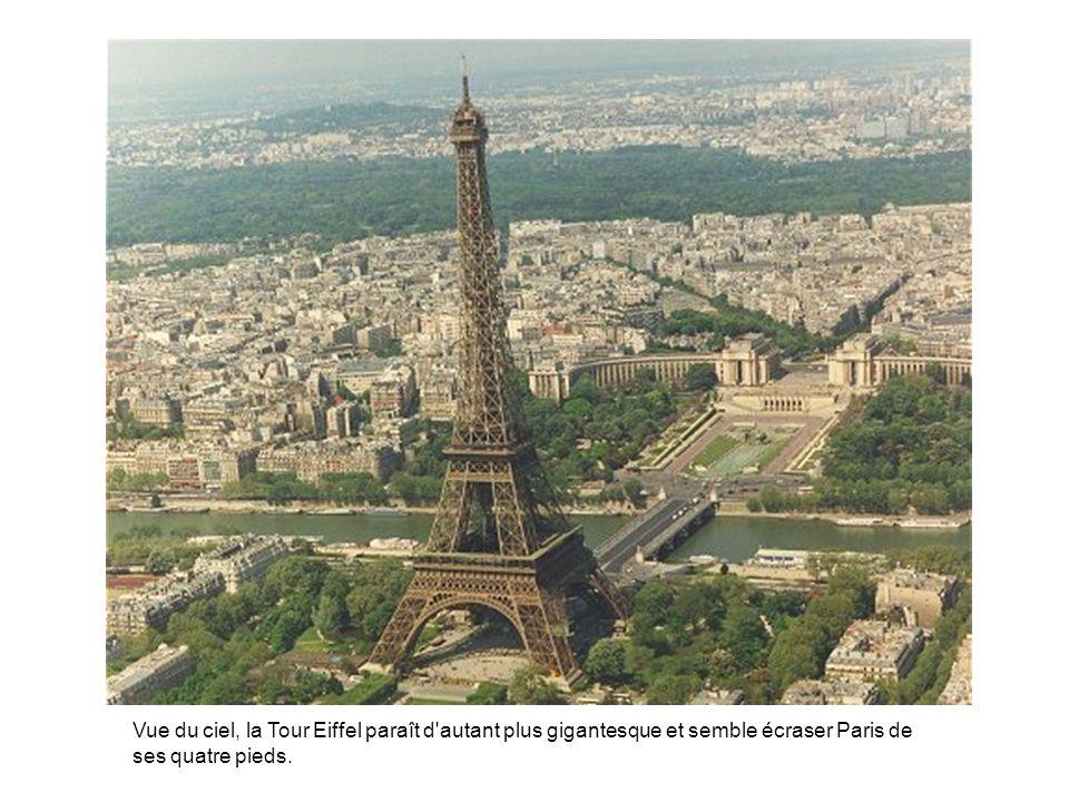 Vue du ciel, la Tour Eiffel paraît d'autant plus gigantesque et semble écraser Paris de ses quatre pieds.